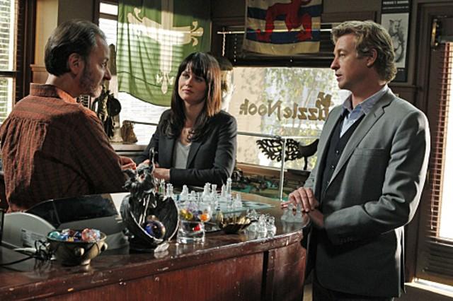 Simon Baker, Robin Tunney e la guest star Fisher Stevens nell'episodio 18-5-4 di The Mentalist