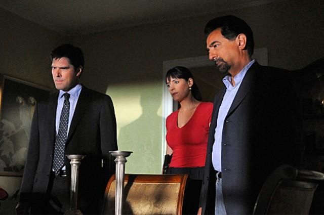 Thomas Gibson, Joe Mantegna e Paget Brewster nell'episodio The Longest Night, premiere della stagione 6 di Criminal Minds