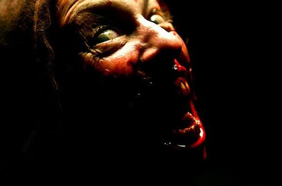 Un sanguinario zombie dell'horror The Horde