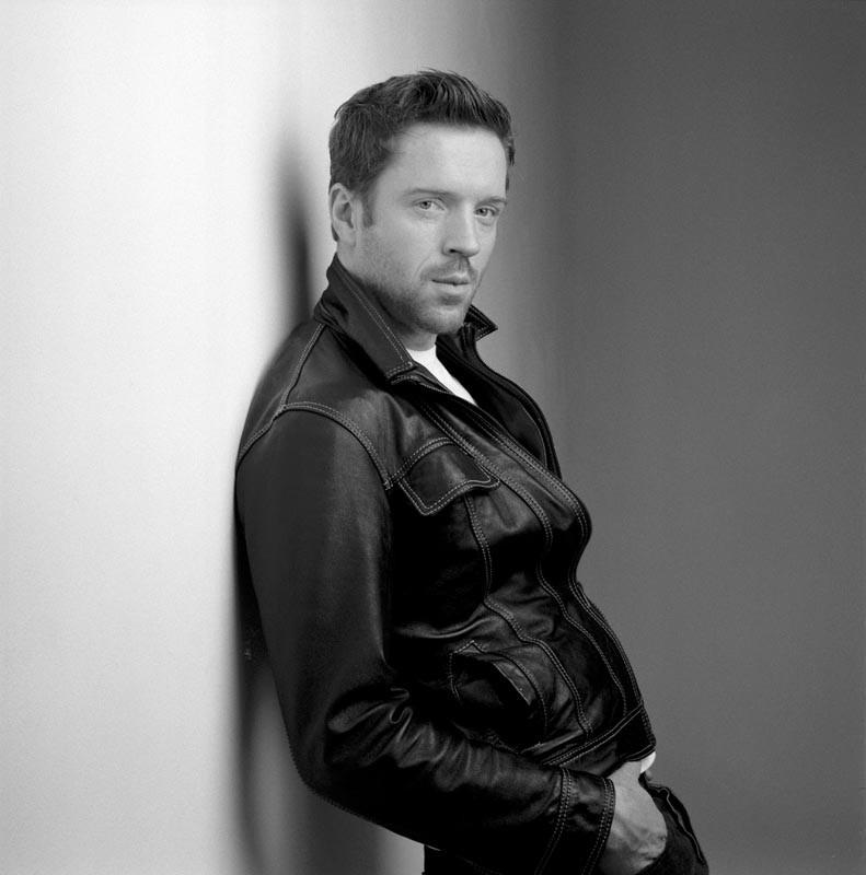 Damian Lewis in un'immagine in bianco e nero