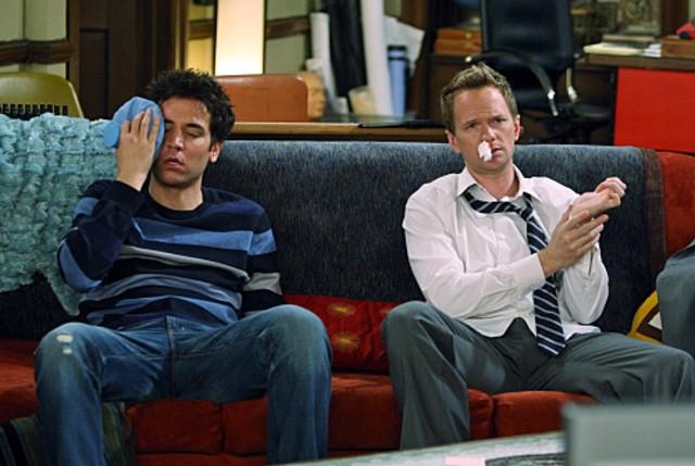 Neil Patrick Harris e Josh Radnor in una scena dell'episodio Twin Beds di How I Met Your Mother