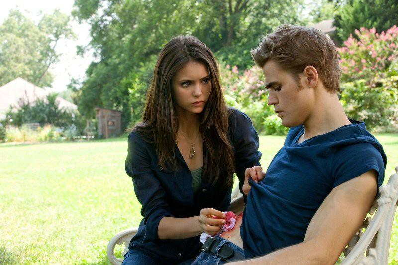 Nina Dobrev medica Paul Wesley in una scena del primo episodio della 2 stagione di Vampire Diaries