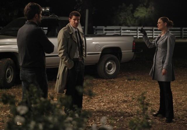 Cameron Bender, Emily Deschanel e David Boreanaz nell'episodio The Dentist in the Ditch di Bones