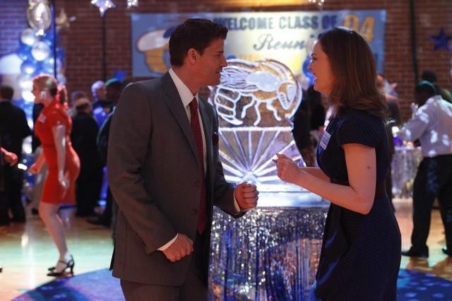 Emily Deschanel e David Boreanaz in una scena dell'episodio The Death of the Queen Bee di Bones