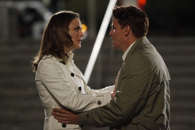 Emily Deschanel e David Boreanaz nell'episodio The Parts in the Sum of the Whole di Bones
