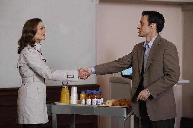 Emily Deschanel e la guest star Henri Lubatti nell'episodio The Devil in the Details di Bones