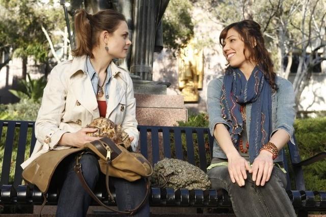 Emily Deschanel e Michaela Conlin nell'episodio The Parts in the Sum of the Whole di Bones
