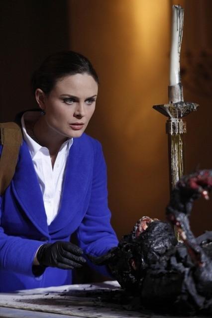 Emily Deschanel nell'episodio The Devil in the Details di Bones