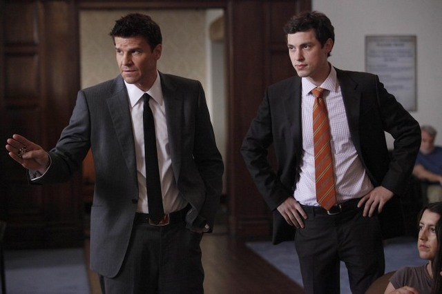 John Francis Daley e David Boreanaz nell'episodio The Devil in the Details di Bones