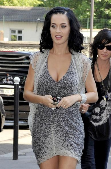 Katy Perry indossa un abito sexy ed elegante