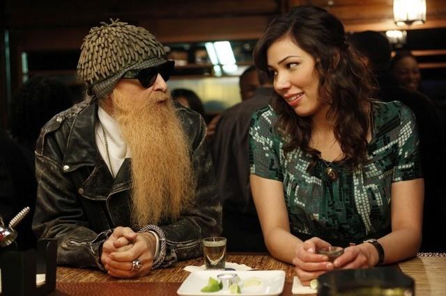 La guest star Billy F. Gibbons con Michaela Conlin nell'episodio The Witch in the Wardrobe di Bones