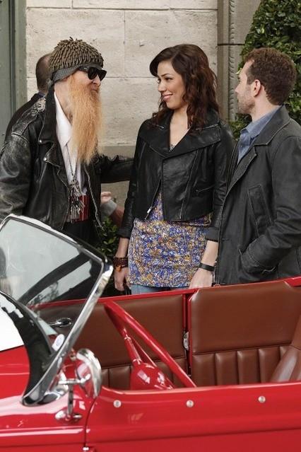 La guest star Billy F. Gibbons con TJ Thyne e Michaela Conlin in una scena dell'episodio The Witch in the Wardrobe di Bones