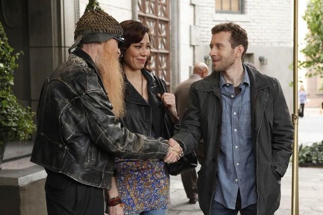 La guest star Billy F. Gibbons con TJ Thyne e Michaela Conlin nell'episodio The Witch in the Wardrobe di Bones