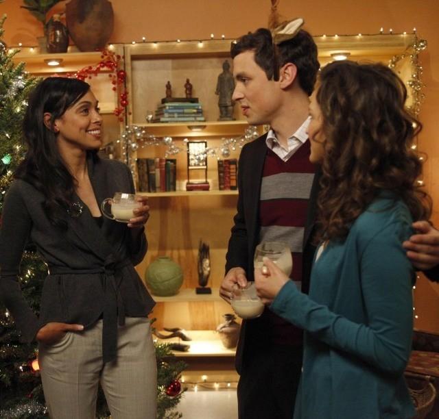 La guest star Carla Gallo, Tamara Taylor e John Francis Daley nell'episodio The Goop on the Girl di Bones