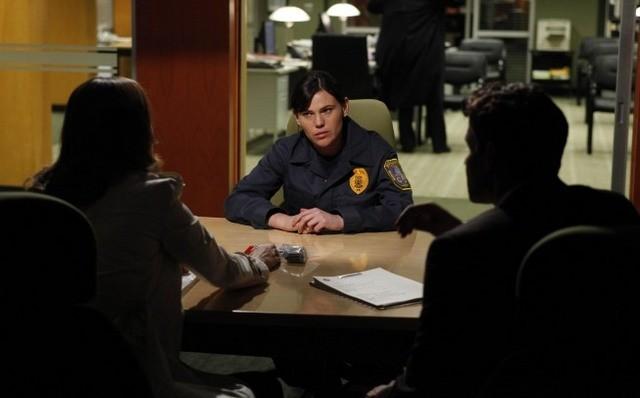 La guest star Clea Duvall, Emily Deschanel e David Boreanaz nell'episodio The Bones on the Blue Line di Bones