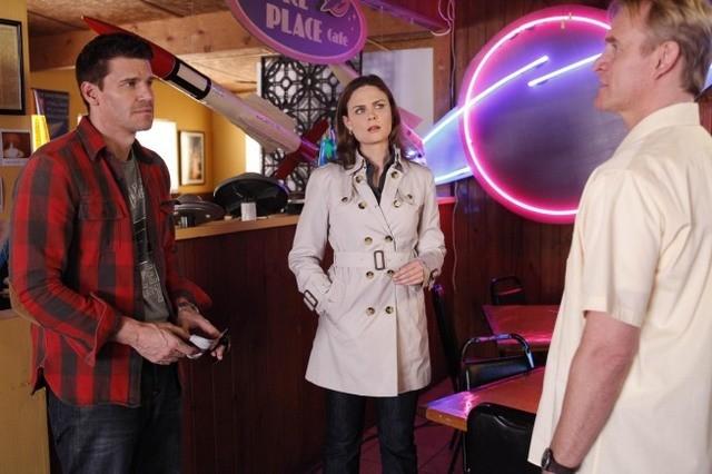 La guest star Dean Haglund, Emily Deschanel e David Boreanaz in una scena dell'episodio The X in the File di Bones