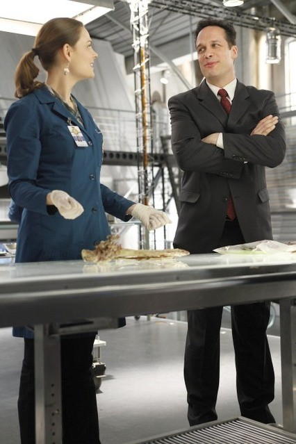 La guest star Diedrich Bader con Emily Deschanel nell'episodio The Predator in the Pool di Bones
