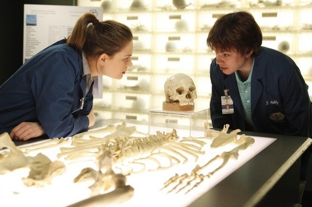 La guest star Eric Millegan ed Emily Deschanel nell'episodio The Parts in the Sum of the Whole di Bones