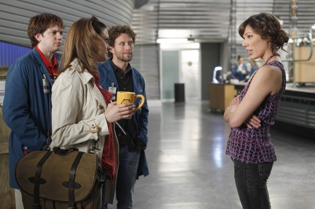 La guest star Eric Millegan, T.J. Thyne, Emily Deschanel e Michaela Conlin nell'episodio The Parts in the Sum of the Whole di Bones