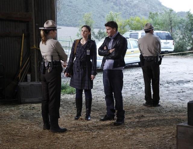 La guest star Jenica Bergere, Emily Deschanel e David Boreanaz nell'episodio The Death of the Queen Bee di Bones