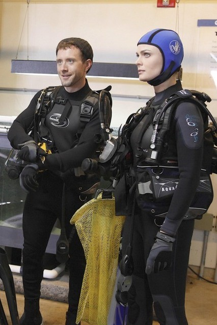 T.J. Thyne ed Emily Deschanel nell'episodio The Predator in the Pool di Bones