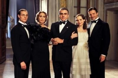 Una foto di gruppo di parte del cast de Il peccato e la vergogna
