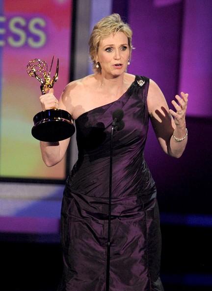Jane Lynch, miglior attrice non protagonista per Glee, sul red carpet degli Emmy 2010