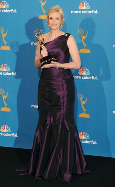 Una splendida Jane Lynch, miglior attrice non protagonista per Glee, sul red carpet degli Emmy 2010