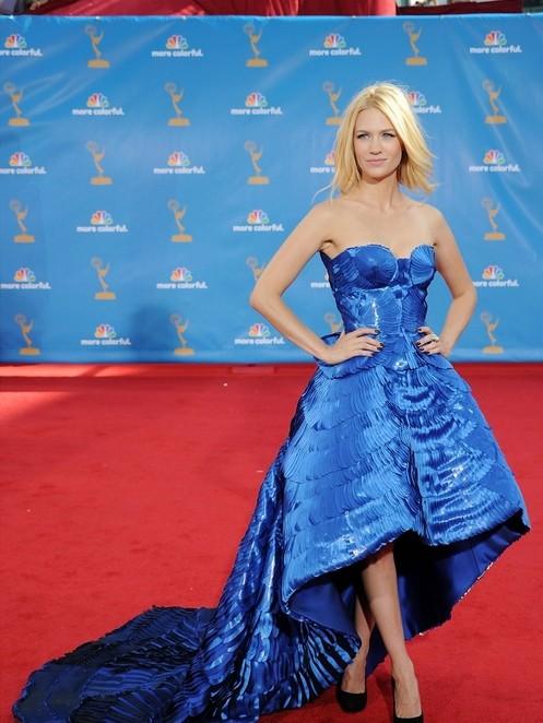 January Jones sfila sul red carpet degli Emmy 2010