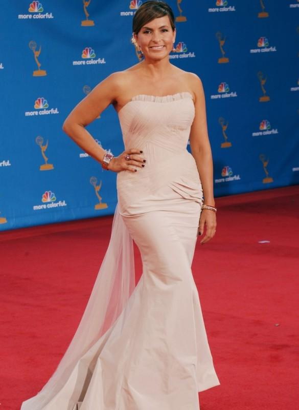 Mariska Hargitay posa per i fotografi sul red carpet degli Emmy 2010