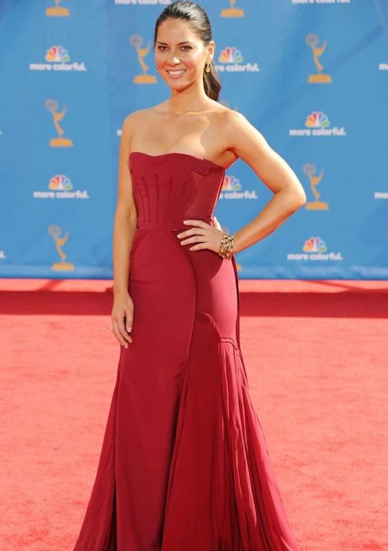 Olivia Munn sfila sul red carpet degli Emmy 2010