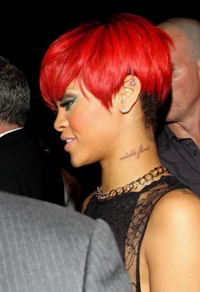 Rihanna sfoggia il suo nuovo tatuaggio, la scritta Rebelle Fleur, dopo un concerto al Madison Square Garden