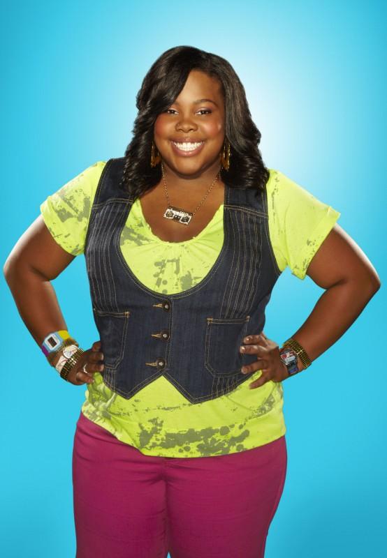 Amber Riley posa per una foto promozionale della stagione 2 di Glee