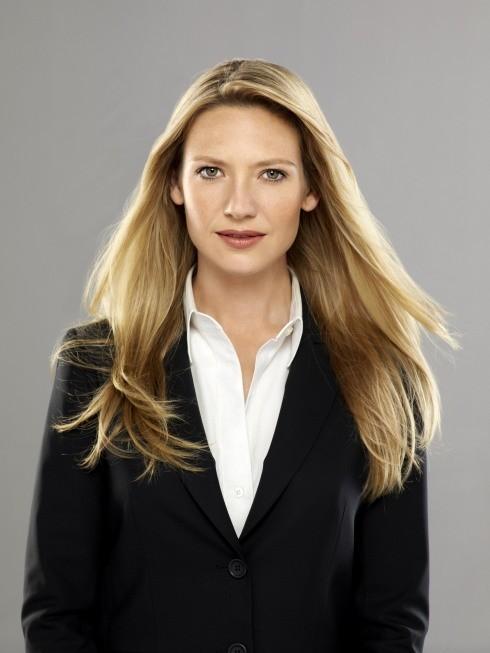 Anna Torv nei panni dell'agente Olivia Dunham in una foto promozionale della stagione 3 di Fringe