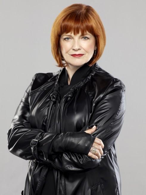Blair Brown nei panni di Nina Sharp in una immagine promozionale della stagione 3 di Fringe