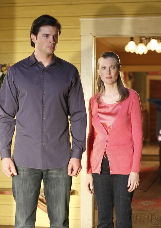 Clark (Tom Welling) e la madre Martha (Annette O'Toole) nell'episodio La regina rossa di Smallville
