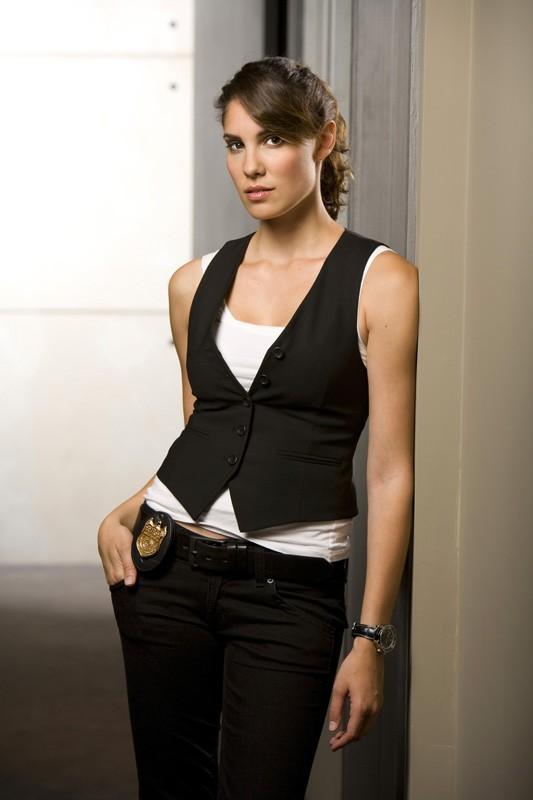 Daniela Ruah in un'immagine promozionale per la nuova serie NCIS: Los Angeles