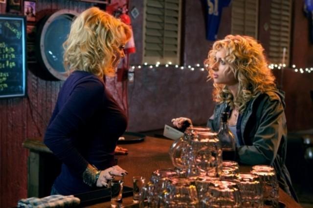 Gail O'Grady ed Alyson Michalka nel pilot della serie Hellcats