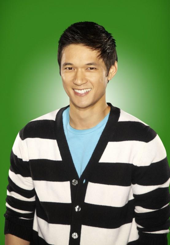 Harry Shum Jr. posa per una foto promozionale della stagione 2 di Glee