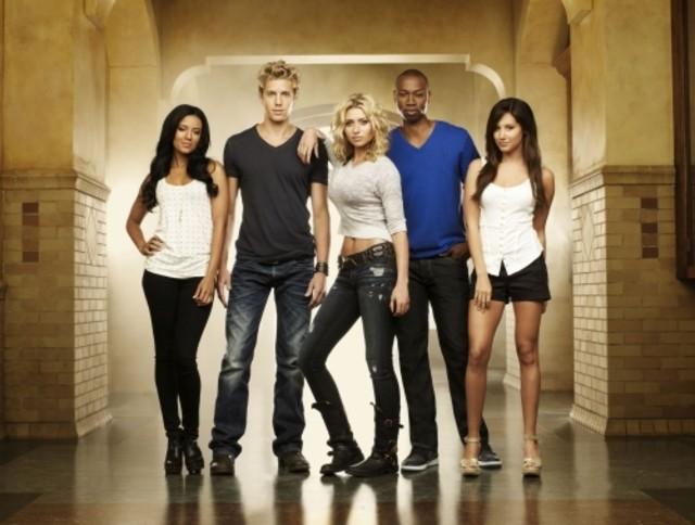 Heather Hemmens, Matt Barr, Alyson Michalka, Robbie Jones ed Ashley Tisdale in una foto promozionale di Hellcats