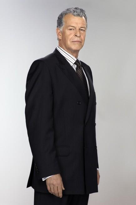 John Noble nei panni dell'altro Walter Bishop in una immagine promozionale della stagione 3 di Fringe