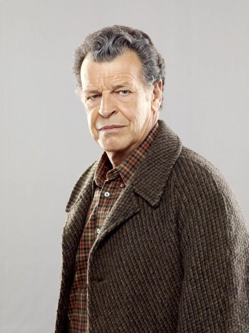John Noble nei panni di Walter Bishop in una immagine promozionale della stagione 3 di Fringe