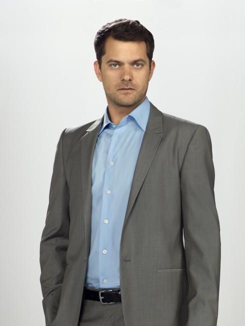 Joshua Jackson nei panni di Peter Bishop in una immagine promozionale della stagione 3 di Fringe