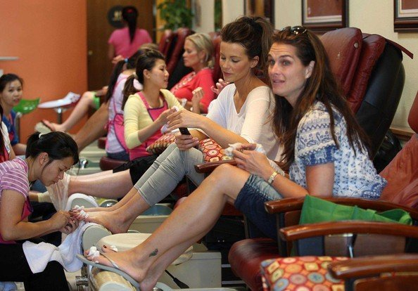 Kate Beckinsale e Brooke Shields si concedono una seduta di pedicure