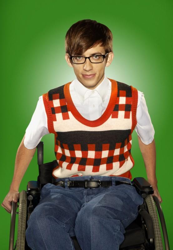 Kevin McHale posa per una foto promozionale della stagione 2 di Glee