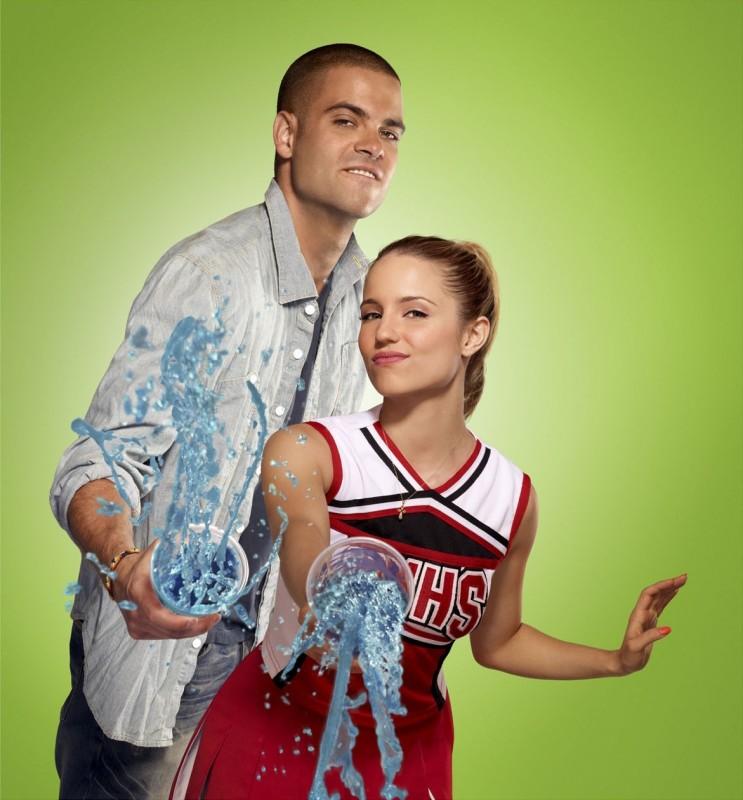 Mark Salling e Dianna Agron in una simpatica foto promozionale della stagione 2 di Glee