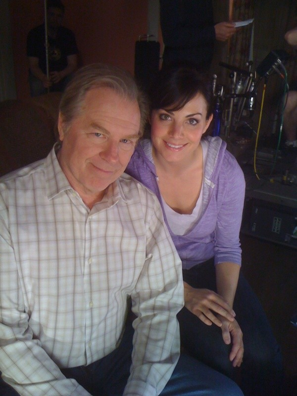 Michael McKean ed Erica Durance sul set dell'episodio La regina rossa di Smallville