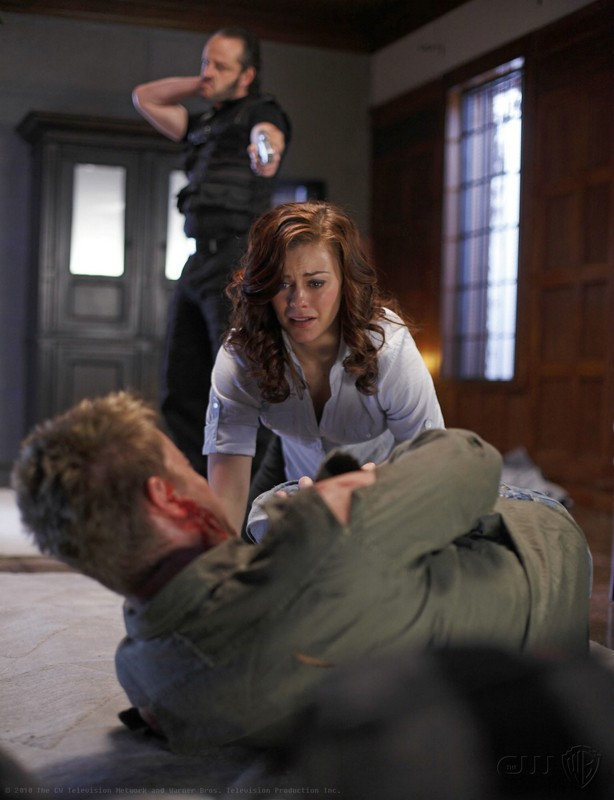 Tess (Cassidy Freeman), Oliver (Justin Hartley) e Maxwell (Gil Bellows) in: La regina rossa di Smallville