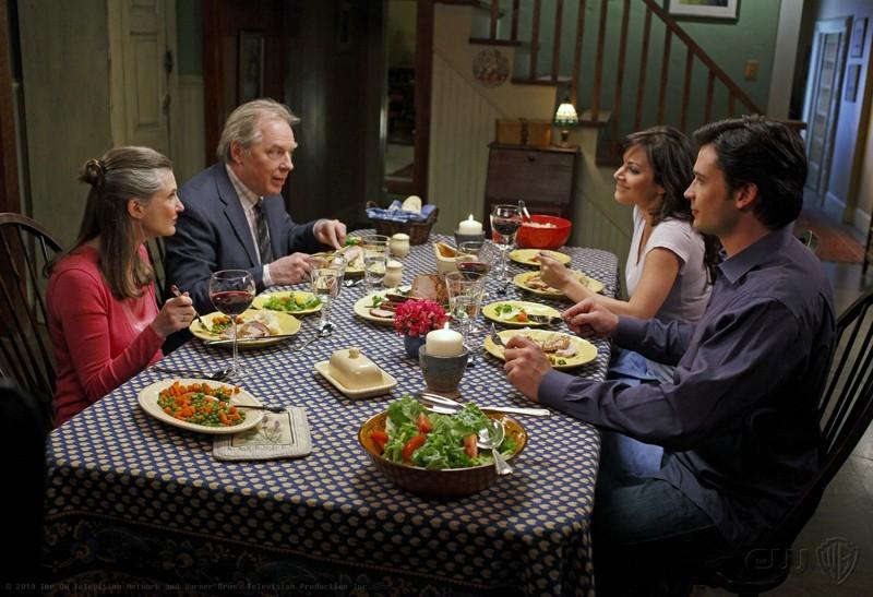 Una cena a quattro (Annette O'Toole, Michael McKean, Erica Durance e Tom Welling) nell'episodio La regina rossa di Smallville