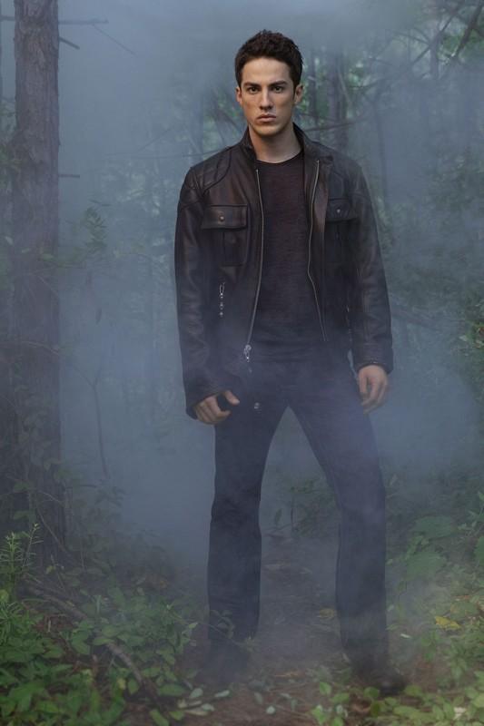 Una foto promo di Michael Trevino per la stagione 2 di Vampire Diaries